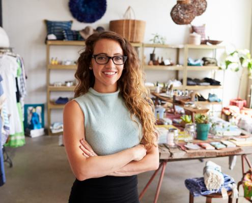 unge-weibliche-Unternehmerin-in-einem-Bekleidungsgeschäft