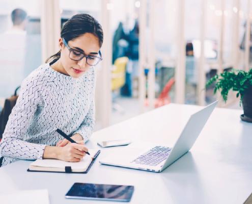 Frau-mobile-office-mit-Laptop-Computer,-weibliche-VerwaltungsManagerin,-die-Notizen-von-Informationen-im-Netbook